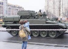 母亲和坦克 库存照片