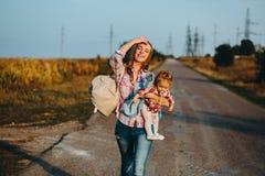 母亲和女儿一个领域的用南瓜 图库摄影