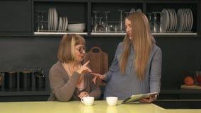 母亲和女儿一起获得乐趣 股票录像