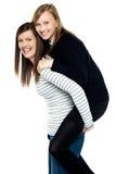 母亲和女儿乐趣爱恋的二重奏  库存照片