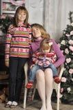 母亲和女儿五颜六色的被编织的毛线衣的 免版税图库摄影