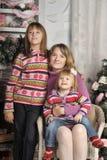母亲和女儿五颜六色的被编织的毛线衣的 图库摄影