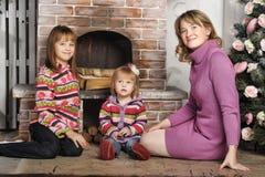 母亲和女儿五颜六色的被编织的毛线衣的 免版税库存图片