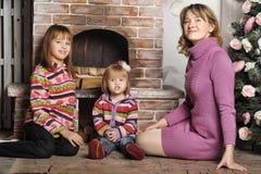 母亲和女儿五颜六色的被编织的毛线衣的 免版税库存照片