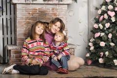 母亲和女儿五颜六色的被编织的毛线衣的 库存图片