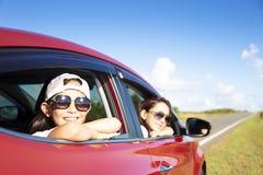 母亲和女儿享受旅行 免版税库存图片