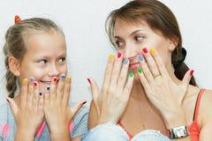 母亲和女儿修指甲的手 图库摄影