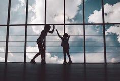 母亲和女儿剪影健身房的 免版税库存图片