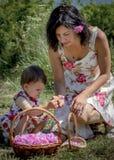 母亲和女儿卡赞勒克玫瑰油节日的保加利亚 免版税库存图片