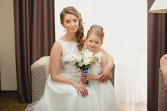 母亲和女儿同样婚礼礼服的 图库摄影