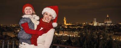母亲和女儿圣诞节帽子的在Piazzale米开朗基罗 库存照片