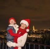母亲和女儿圣诞节帽子的在Piazzale米开朗基罗 图库摄影