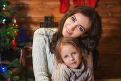 母亲和女儿在一个装饰的房子里庆祝圣诞节 库存照片