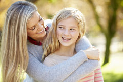 母亲和女儿在乡下 库存照片