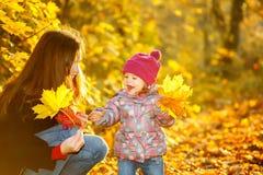 母亲和女儿在公园 库存照片
