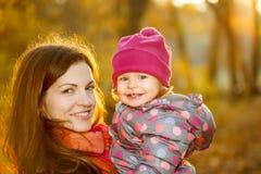 母亲和女儿在公园 图库摄影