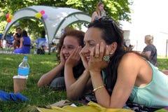 母亲和女儿在公园 免版税库存图片
