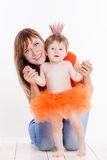 母亲和女儿在公主服装穿戴了 免版税库存照片