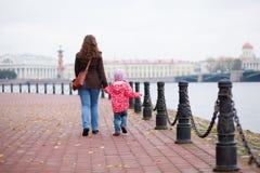 母亲和女儿在圣彼德堡 免版税图库摄影