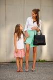 母亲和女儿在城市 库存图片