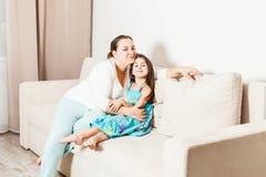 母亲和女儿在客厅 免版税图库摄影