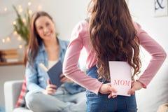 母亲和女儿在家母亲节女儿藏品贺卡 库存图片