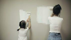 母亲和女儿在家进行修理 影视素材