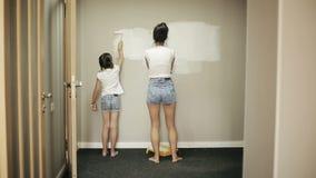 母亲和女儿在家进行修理 股票录像