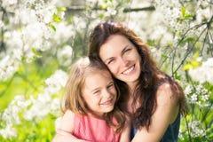 母亲和女儿在晴朗的公园 免版税库存图片