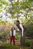 母亲和女儿在树下 免版税库存图片