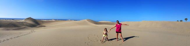 母亲和女儿在桑迪沙丘在著名自然Maspalomas 库存照片