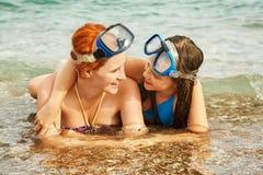 母亲和女儿在海 库存照片