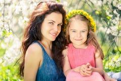 母亲和女儿在晴朗的公园 库存照片