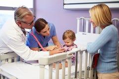 母亲和女儿在医院小儿科病区里  免版税库存照片