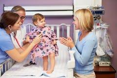 母亲和女儿在医院小儿科病区里  免版税库存图片