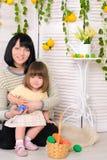 母亲和女儿复活节内部的 免版税库存照片