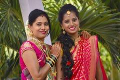 母亲和女儿婚礼的盛装看照相机,浦那 免版税库存图片