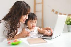母亲和女儿学会写 库存图片