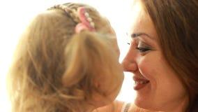 母亲和女儿容忍和亲吻 妈妈和儿童特写镜头画象 股票录像