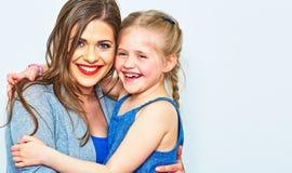 母亲和女儿容忍 微笑 免版税图库摄影