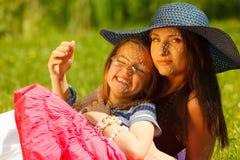 母亲和女儿小女孩有野餐在公园 库存图片