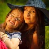 母亲和女儿小女孩有野餐在公园 库存照片