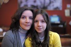 母亲和女儿少年 免版税库存图片