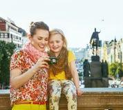 母亲和女儿布拉格观察照片的在照相机 库存图片