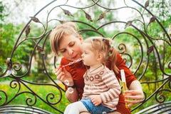母亲和女儿打击泡影 库存图片