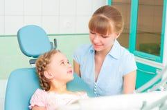 母亲和女儿拜访牙科医生 免版税图库摄影