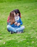 母亲和女儿拥抱得户外 库存照片