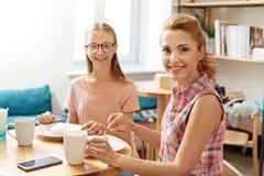 母亲和女儿接合,当出去吃饭时 免版税库存图片