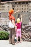 母亲和女儿接触Sumela Monastry墙壁  免版税库存图片