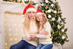 母亲和女儿新年圣诞节画象  免版税库存图片